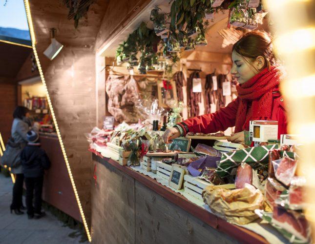 Lokale Spezialitäten und regionale Köstlichkeiten aus dem Meraner Land werden am Meraner Christkindlmarkt mit seinen zeitgenössischen Holzständen feilgeboten.