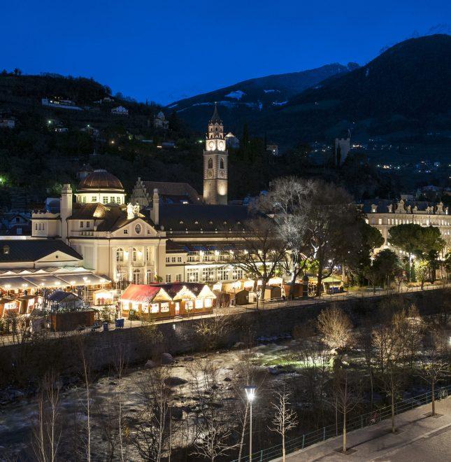 Zur Weihnachtszeit verwandelt sich der Christkindlmarkt die Meraner Altstadt rund um Passerpromenade, Pfarrkirche und Therme Meran in eine einzigartige Flaniermeile.